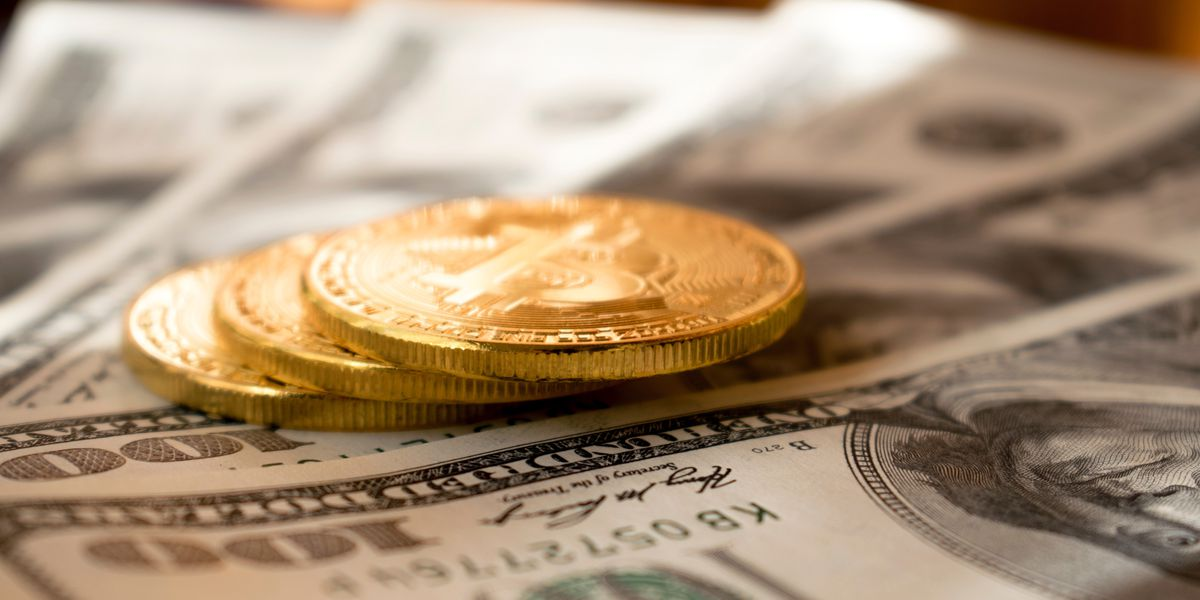 Eyewitness: Bank robber throws money on street, yells, 'Merry Christmas!'